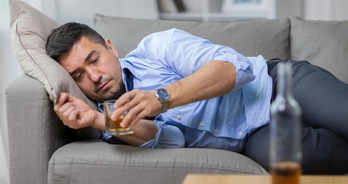 Mój tata jest alkoholikiem. Co mam robić, jak się zachować?