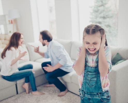 Mąż przejawia agresywne zachowanie, a świadkiem tego jest córka. Co robić?